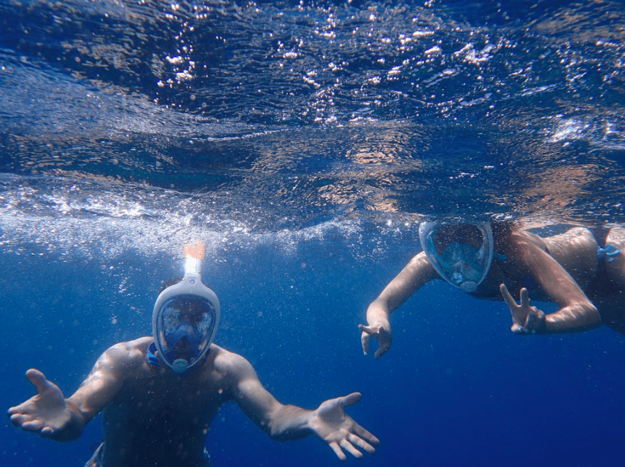 shallow water blackout: people snorkeling underwater